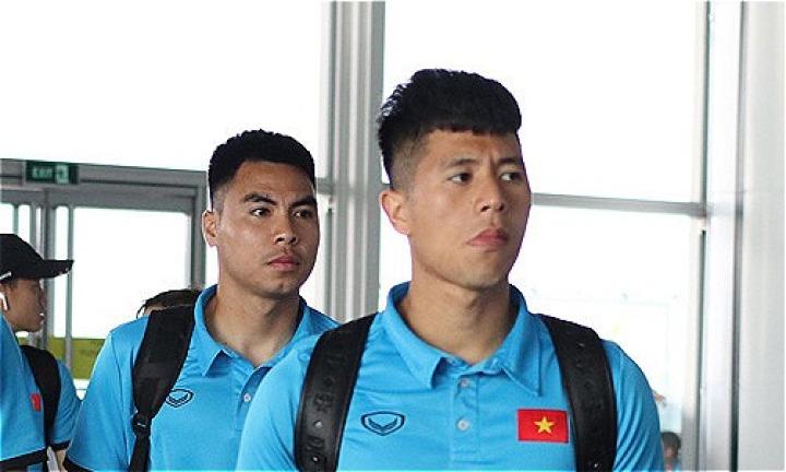 Đình Trọng (phải) là tuyển Việt Nam đặt chân đến Lào trưa 5/11 và có buổi tập làm quen sân SVĐ quốc gia Lào chiều cùng ngày. Ảnh: Lâm Thỏa.