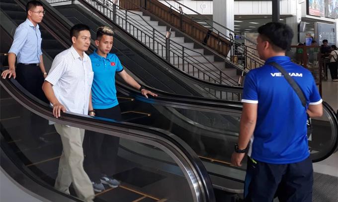 Nguyễn Phong Hồng Duy được hỗ trợ đi tìm lại ví tại sân bay ở thủ đô Vientiane, Lào sáng 5/11.