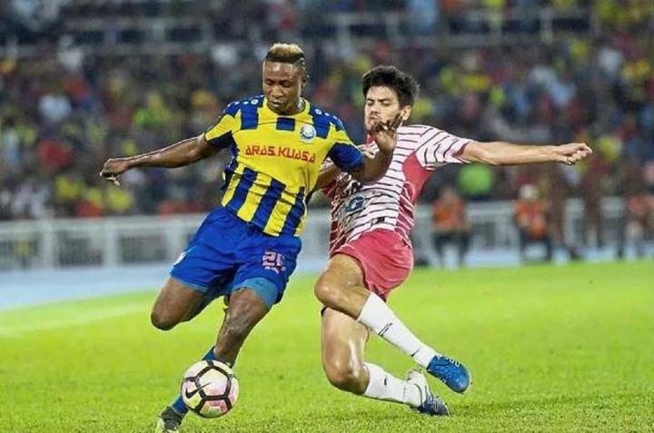 Sumareh (trái) là tuyểnthủ nhập tịch đầu tiên trong lịch sử bóng đá Malaysia. Ảnh: TheStar.