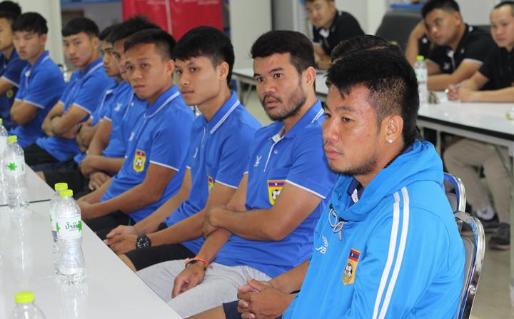 Cầu thủ Lào trong buổi gặp Chủ tịch Liên đoàn bóng đá Lào Viphet Sihachak ngày 5/11. Ảnh: LFF