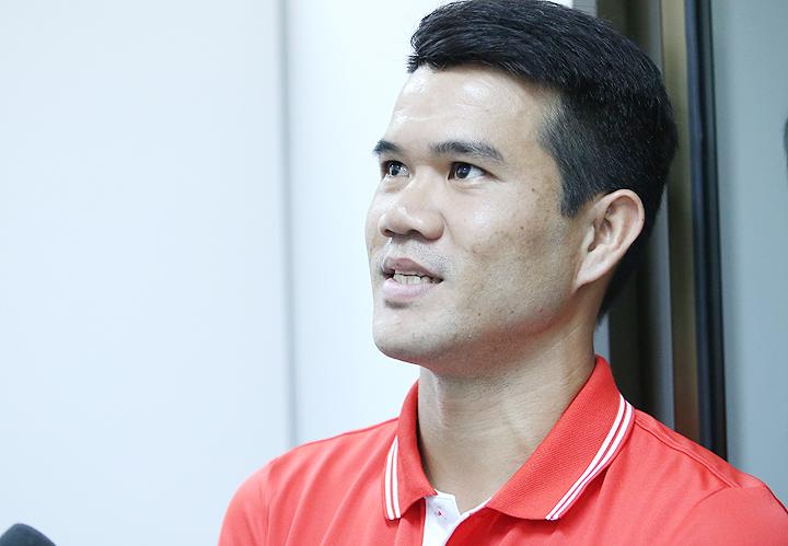 Thủ quân tuyển Lào Saonin Tosu chia sẻ cùng VnExpress tại trụ sở Liên đoàn bóng đá Lào chiều 6/11. Ảnh: Lâm Thỏa
