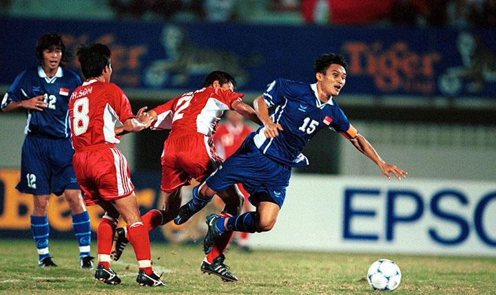 Mai Tiến Dũng (số 2) trong một pha tranh bóng với cầu thủ Singapore ở Tiger Cup 2000.