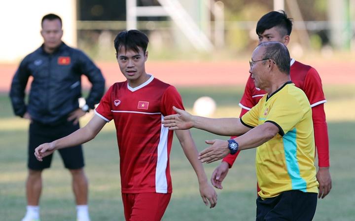 HLV Park Hang-seo chỉ dẫn chiến thuật cho học trò trên sân tập. Ông cũng thường pha trò với cầu thủ để họ thoải mái. Ảnh: Đức Đồng.