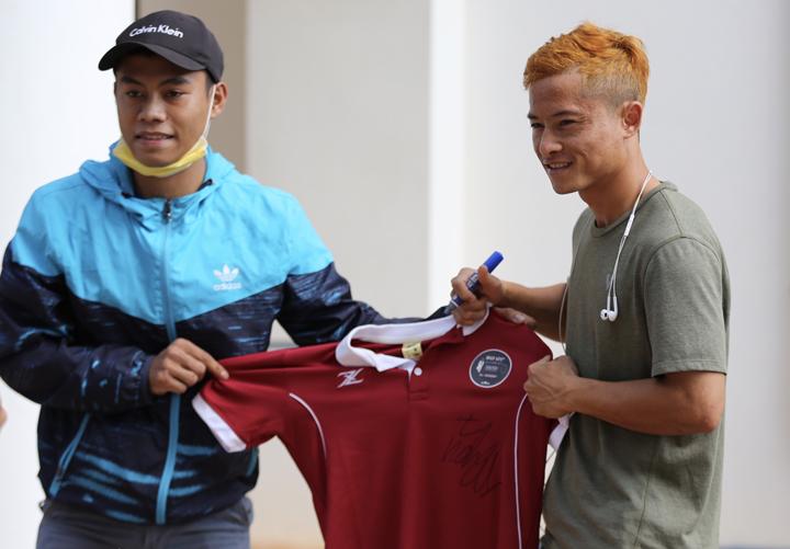 Vongchiengkham nhỏ người nhưng có kỹ thuật khéo léo, được các CĐV gọi là Messi Lào. Ảnh: Đức Đồng