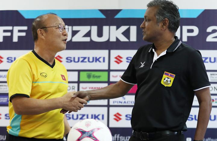ÔngSundramoorthy và HLV Park Hang-seo gặp nhau tại trụ sở Liên đoàn bóng đá Lào sáng 7/11. Ảnh: Đức Đồng