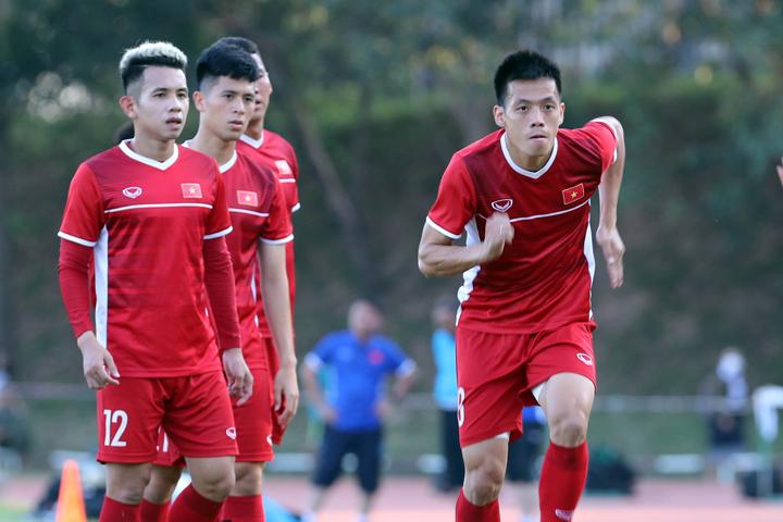 Văn Quyết (phải) được đồng đội bầu là đội trưởng Việt Nam tại AFF Cup 2018. Ảnh: Đức Đồng.