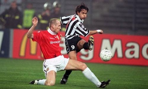 Stam trong trận đấu với Juventus vào năm 1999. Ảnh: AFP.