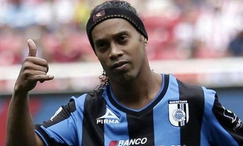 Ronaldinho b? thu h? chi?u vì tr?n tránh vi?c n?p ph?t. ?nh: Reuters.