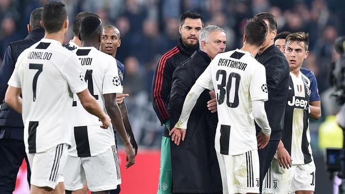 Mourinho gây hấn với CĐV và cầu thủ Juventus
