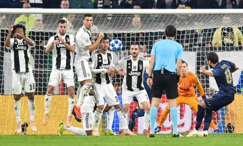 Pha đá phạt gỡ hòa cho Man Utd của Juan Mata. Ảnh:AFP.