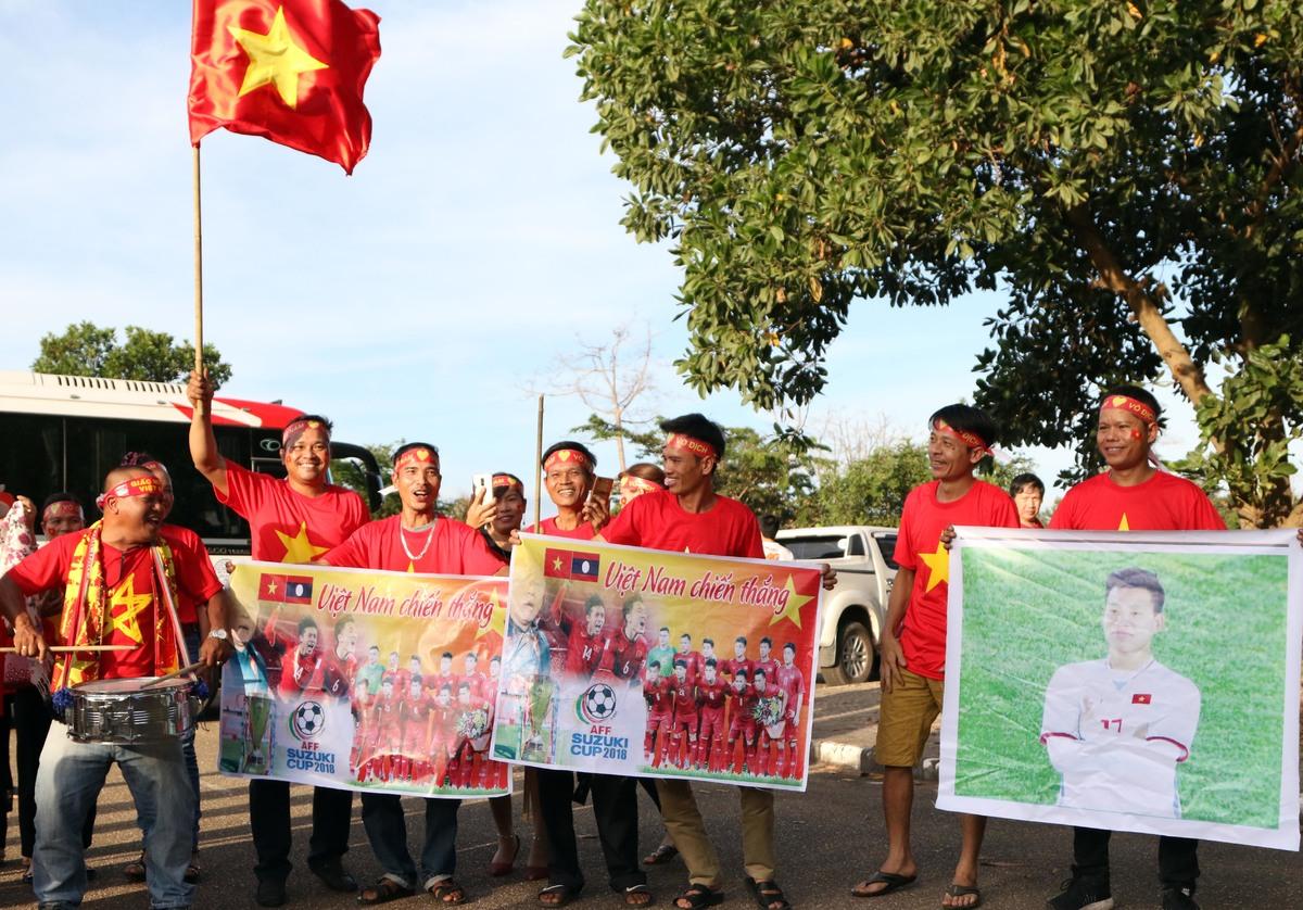 CĐV tại Lào nô nức đến sân cổ vũ tuyển Việt Nam