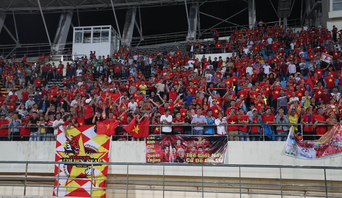 CĐV Việt Nam biến sân Lào thành 'chảo lửa Mỹ Đình'