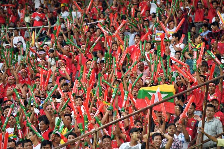 CĐV Myanmar cuồng nhiệt trong lần đầu tổ chức vòng bảng AFF Cup vào năm 2016. Ảnh: AFF.