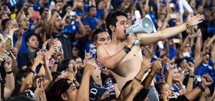 CĐV Thái Lan là những người được hưởng niềm vui chiến thắng nhiều nhất trên sân nhà. Ảnh: AFF.