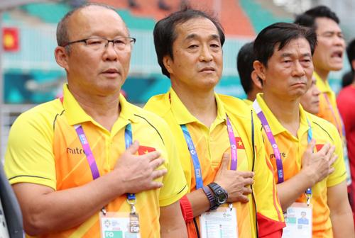 HLV Park Hang-seo, trợ lý Lee Young-jin và Bae Ji-won (từ trái sang) khi chào cờ ở trận Việt Nam gặp Hàn Quốc tại Asiad 2018. Ảnh: Đức Đồng
