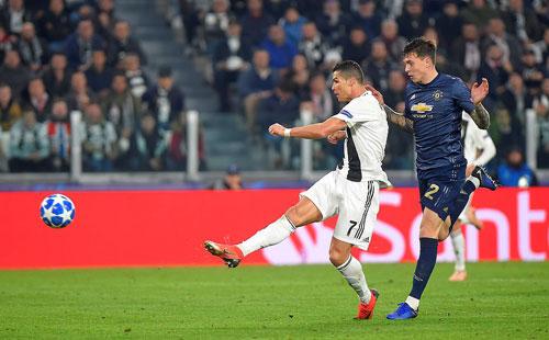 Ronaldo ghi bàn đầu tiên tại Champions League mùa này với cú vô lê một chạm mở tỷ số. Ảnh:Reuters.