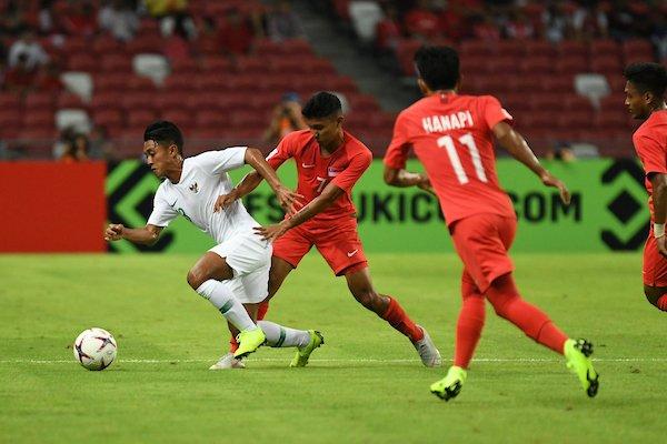 Singapore (áo đỏ) không để cho Indonesia nhiều khoảng trống chơi bóng. Ảnh:AFF.