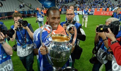 Drogba bên danh hiệu vô địch Champions League 2012. Ảnh:AFP.