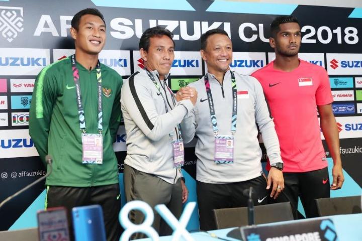 Đại diện Singapore và Indonesia sẵn sàng cho lượt trận đầu tiên tối 9/11. Từ trái sang: Đội trưởngIndonesiaHansamu Yama, HLV Indonesia Bima Sakti, HLV SingaporeFandi Ahmad và đội trưởng SingaporeHariss Harun. Ảnh: ST.