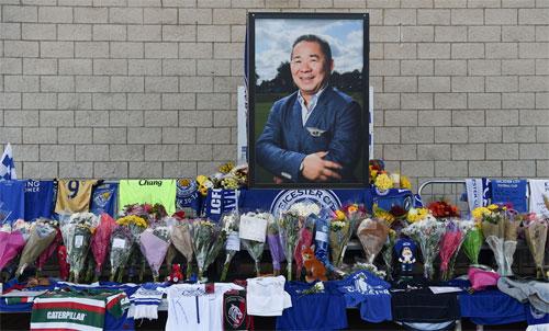 Người hâm mộ đặt hoa và áo tưởng nhớ Vichai bên ngoài sân King Power. Ảnh: Reuters