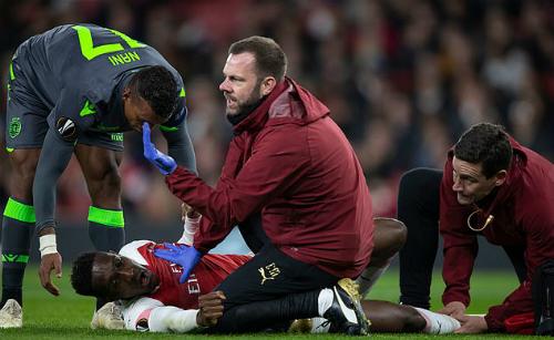 Anh tỏ ra vô cùng đau đớn. Trước chấn thương này, tiền đạo người Anh đã có hơn 570ngày không thể thi đấu cho Arsenal vì vấn đề sức khoẻ.