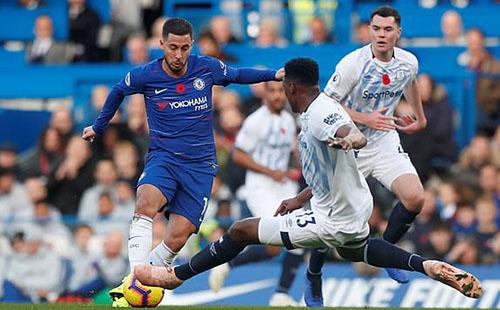 Hazard (áo xanh) ch?i ??y n? l?c nh?ng kh?ng l?n nào xuyên th?ng ???c hàng th? Everton. ?nh: AP.