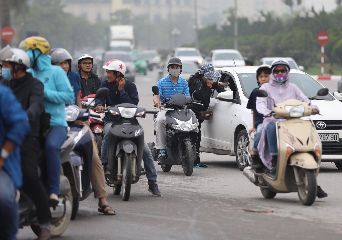 Phe vé tung hoành trong ngày mở bán vé trận Việt Nam - Malaysia