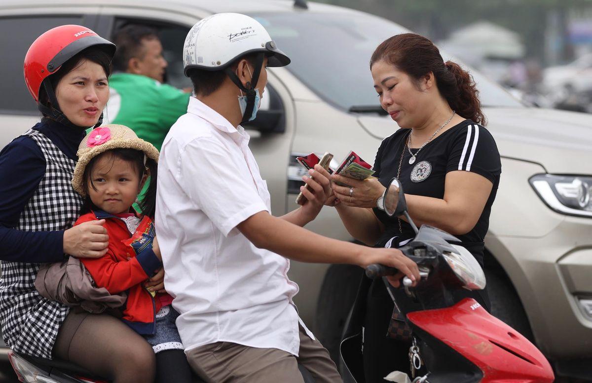 Phe vé tung hoành trong ngày m? bán vé tr?n Vi?t Nam - Malaysia