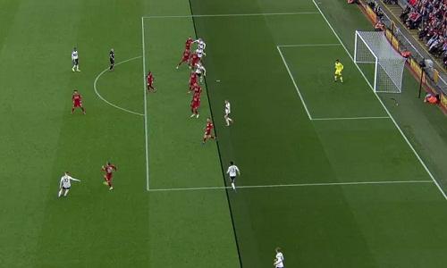 Pha ghi bàn trong thế việt vị của Mitrovic vô tình tạo điều kiện để Liverpool phản công, ghi bàn mở tỷ số. Ảnh: BT Sport.