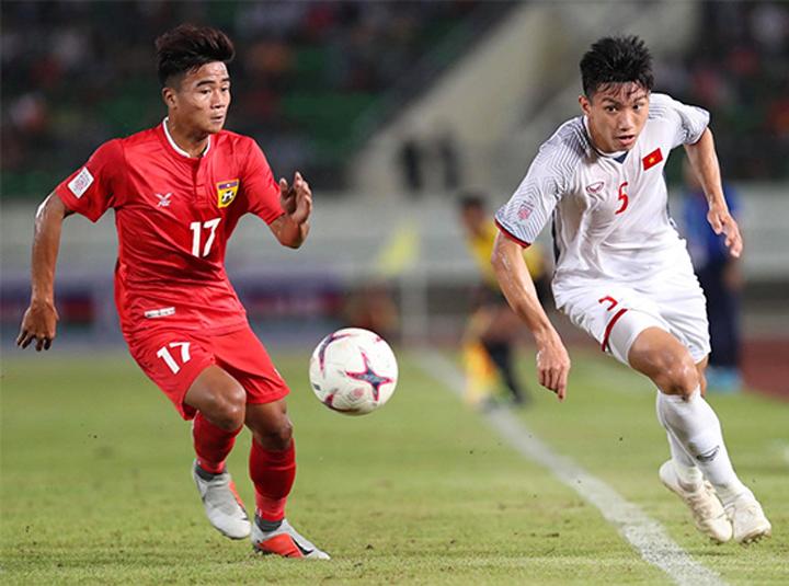 Đoàn Văn Hậu thi đấu bên hành lang cánh trái trong trận thắng Lào 3-0 ngày 8/11. Ảnh: Đức Đồng