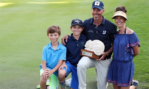 Kuchar cùng vợ con mừng danh hiệu PGA Tour tại Mayakoba. Chức vô địch này mang lại cho anh gần 1,3 triệu đôla tiền thưởng. Ảnh: Golfweek.