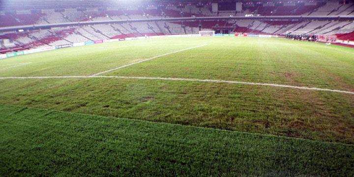 Mặt cỏ sân Bung Karno có nhiều vết lồi lõm, kết quả từ buổi diễn của ban nhạc Gun NRoses hôm 8/11. Ảnh: Bola.