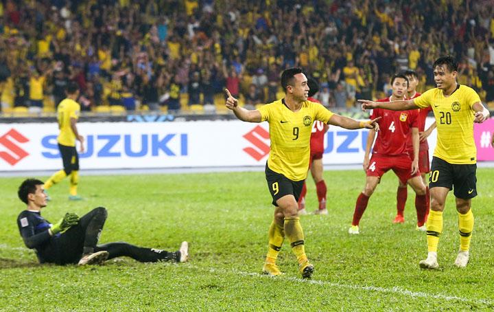 Norshahrul (số 9)ăn mừng khi ghi bàn, giúp Malaysia đánh bại Lào 3-1 tối 12/11.