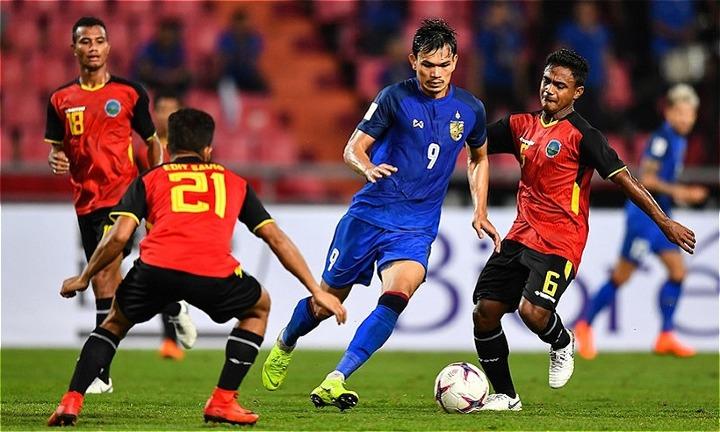 Thái Lan (áo xanh)tăng tốc ngay từ khi xuất phát. Ảnh: AFF.