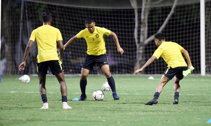 Cầu thủ Malaysia ra sân tập ngay khi đặt chân xuống Hà Nội. Ảnh: Lâm Thỏa.