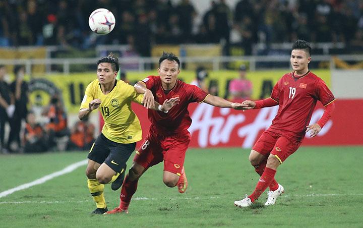 Trong suốt 90 phút gặp Malaysia, Trọng Hoàng (số 8) ít khi dâng cao. Anh giữ hành lang phải của Việt Nam và gần như không cho đối phương cơ hội khoét cánh nào. Ảnh: Ngọc Thành.