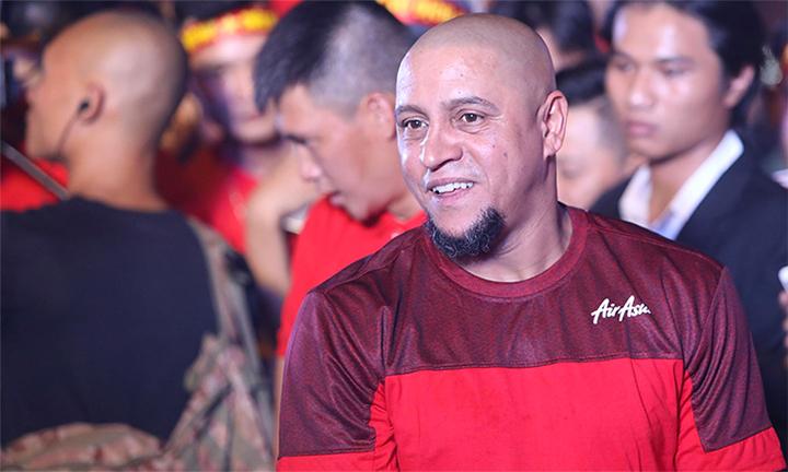 Danh thủ Brazil luôn cười tươi với người hâm mộ Việt Nam. Ảnh: Ngọc Thành.