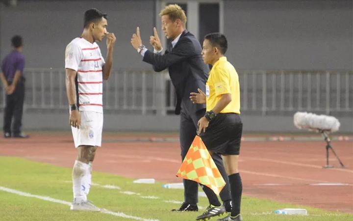 Bunheing trao đổi với HLVKeisuke Honda trong trận đấu với Myanmar. Ảnh: AFF Cup.