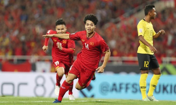 Công Phượng (số 14) mừng bàn mở tỷ số. Đây là pha lập công thứ năm của anh vào lưới các cấp độ đội Malaysia. Ảnh: Đức Đồng.