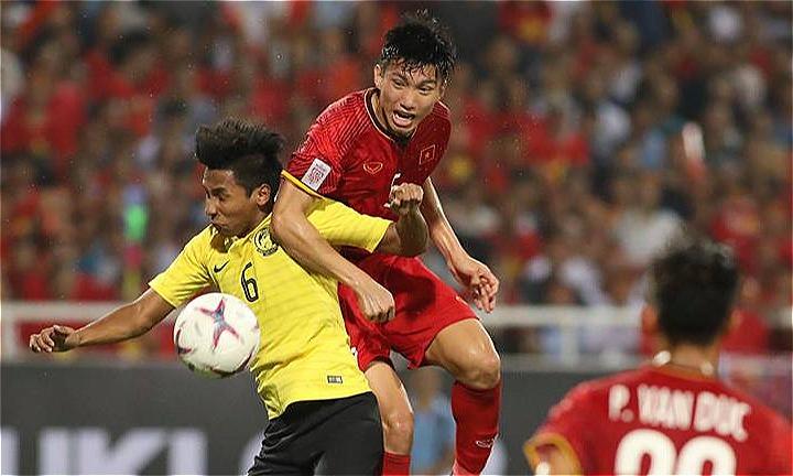 Malaysia (áo vàng) thiếu những đường chuyền quyết định. Ảnh: Ngọc Thành.