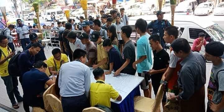CĐV Myanmar xếp hàng mua vé trận gặp Việt Nam.