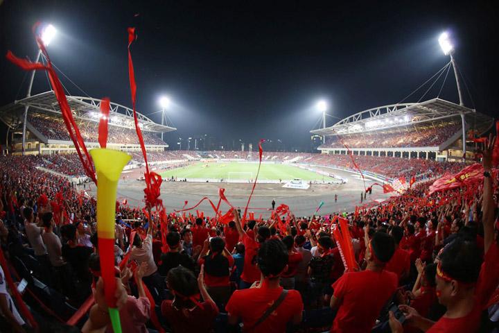Sân Mỹ Đình chật kín khán giả khi Việt Nam tiếp Malaysia tối 16/11. Ảnh: Đức Đồng