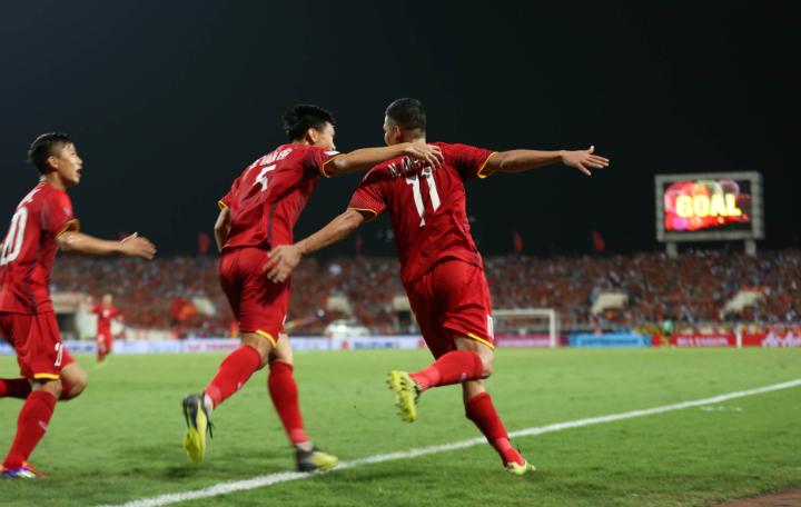 Anh Đức (phải) cùng các đồng đội mừng bàn ấn định chiến thắng 2-0 trước Malaysia hôm qua. Ảnh: Đức Đồng.