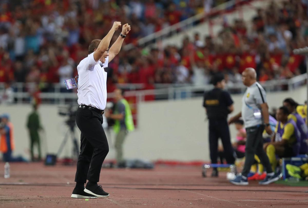 HLV Park Hang-seo nổi đoá trước lối chơi rắn của Malaysia