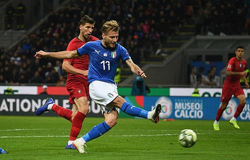 Cơ hội ngon ăn nhất của Italy đến từ pha đối mặt của Immobile trong hiệp một. Ảnh: AP.
