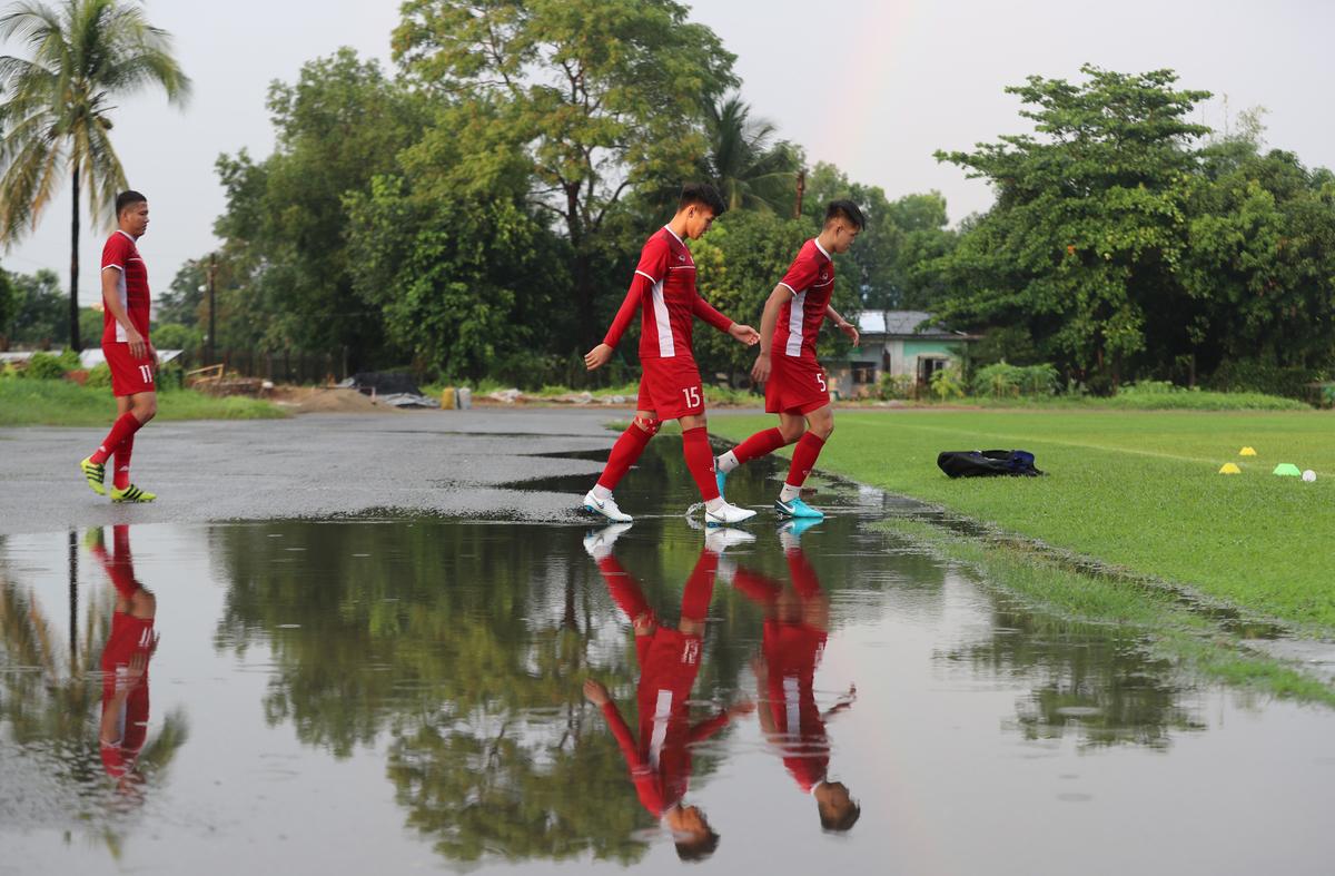 Tuyển Việt Nam trễ tập một tiếng rưỡi vì mưa lớn ở Myanmar