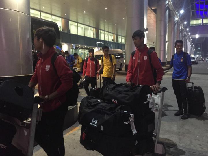 Các cầu thủ Myanmar trở về nhà...