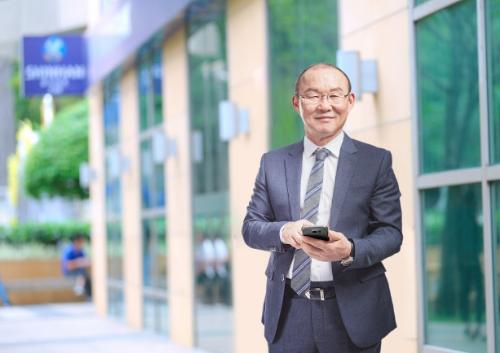 HLV Park Hang Seo không chỉ thành công trong lĩnh vực bóng đá mà còn thử sức ở vai trò Đại sứ thương hiệu của Ngân hàng Shinhan.