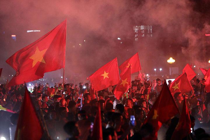 CĐV tại Hà Nội đổ ra đường mừng chiến thắng 2-0 của Việt Nam trước Malaysia. Ảnh: Ngọc Thành.