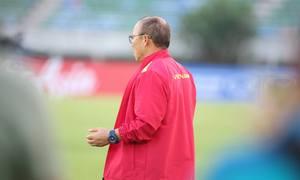 HLV Park Hang-seo cầu nguyện khi làm quen sân ở Myanmar